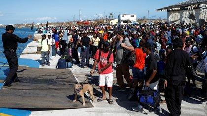 Gente subiéndose a un ferry en Puerto de Marsh, Bahams luego de que el huracán Dorian llegara a las Islas Abaco (REUTERS/Marco Bello).