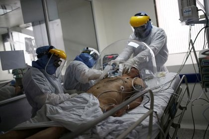 Foto de archivo. Un médico y enfermeras atienden a un paciente que padece coronavirus en la Unidad de Cuidados Intensivos (UCI) del hospital El Tunal en Bogotá, Colombia, 12 de junio, 2020. REUTERS / Luisa González