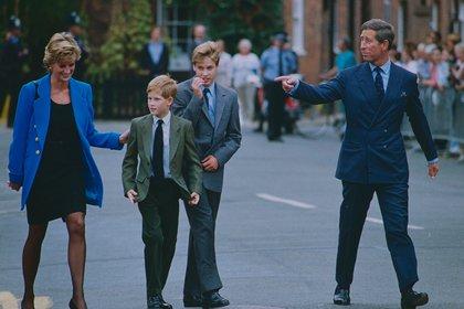 Carlos y Diana con los príncipes Harry y William en 1995 (Shutterstock)