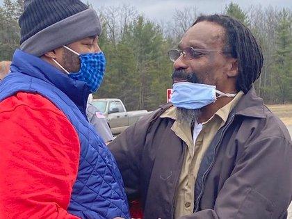 Walter Forbes con su hijo Runako al momento de salir de prisión tras haber permanecido 37 años sentenciado por un crimen que no cometió (Familia Forbes)