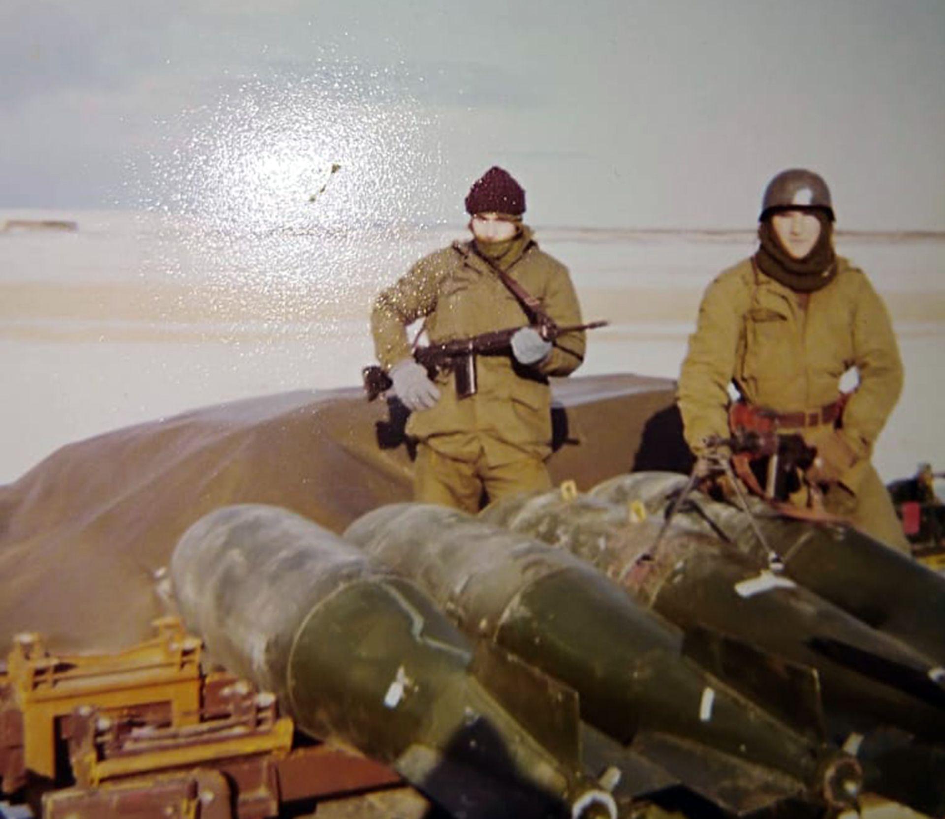Con 19 años, el soldado llegó a la Patagonia, para hacer guardias en un aeropuerto. Durante la guerra, su madre le envió una cámara de fotos con la que pudo registrar algunos momentos