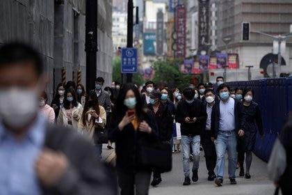 Personas con mascarillas pasean por el principal área comercial de Shanghái, durante el brote de la enfermedad del nuevo coronavirus (COVID-19), en Shanghái, China, el 6 de mayo de 2020. REUTERS/Aly Song
