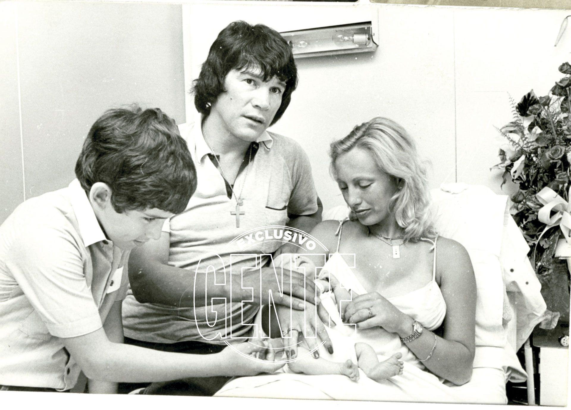 Monzón, con Alicia Muñiz, a quién asesinó, y su hijo Abel y el pequeño Maxi. Foto: Archivo Atlántida.