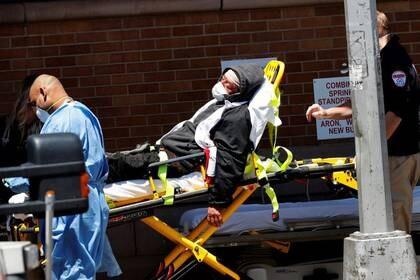Imagen de archivo de trabajadores de la salud transportando a un paciente en camilla a un área de emergencia fuera del Maimonides Medical Center en medio de la pandemia de coronavirus en Brooklyn, Ciudad de Nueva York, EEUU, Mayo 13, 2020. REUTERS/Mike Segar