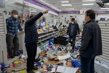 Los propietarios de Hair Town se reúnen en su tienda de artículos de belleza saqueada tras las protestas por la muerte a tiros de la policía de Walter Wallace, un hombre en Filadelfia.  REUTERS/David 'Dee' Delgado