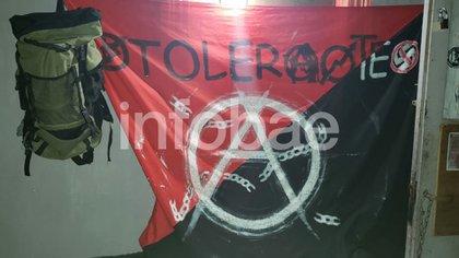 Bandera ácrata encontrada en el okupa de la calle Pavón.