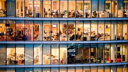 Los Millennials encuentran la productividad fuera del escritorio tradicional, en lugares como cafés o salas de descanso.
