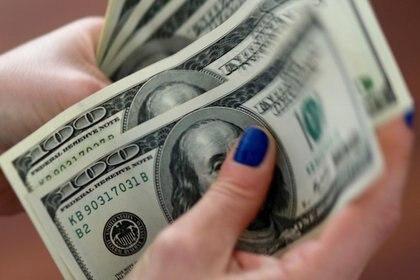 """El dólar """"solidario"""", con el impuesto PAIS y el recargo del 35% que luego puede deducirse de Ganancias y Bienes Personales subió 30 centavos y llegó a $133,32. REUTERS/Marcos Brindicci"""