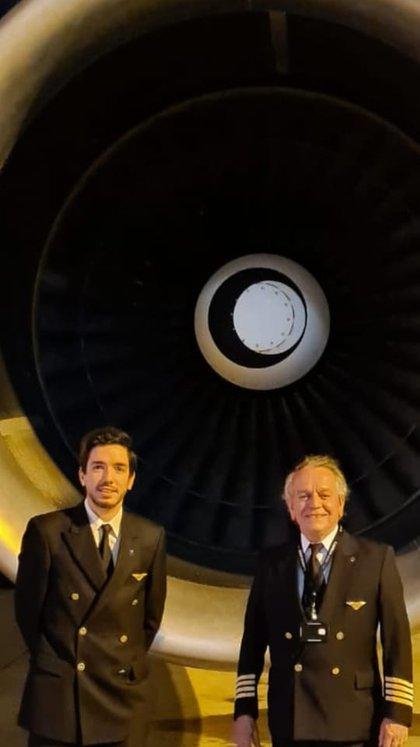 Guillermo Masnata hijo junto a Guillermo Masnata padre, copiloto y piloto, en Ezeiza, antes de subirse al avión rumbo a Nueva York