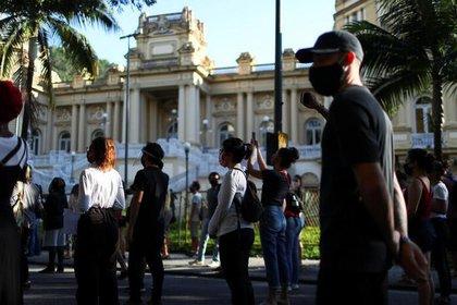 Personas practican el distanciamiento social mientras toman parte de una protesta contra la violencia policial durante operaciones en favelas contra bandas de narcotraficantes y el racismo en Brasil, en frente al Palacio de Guanabara, en Río de Janeiro, Brasil, Mayo 31, 2020. REUTERS/Pilar Olivares