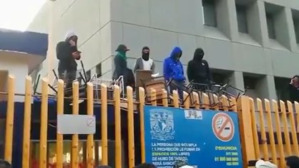 Los encapuchados no permitieron la entrada de alumnos y trabajadores. (Foto: Tomada de video)