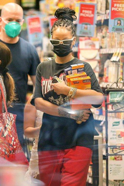 Rihanna hizo las compras en una tienda de alimentos de Beverly Hills, California. La artista lució anteojos de sol, con el objetivo de no ser reconocida dentro del local, su tapabocas, una remera negra y un jogging rojo (Fotos: The Grosby Group)