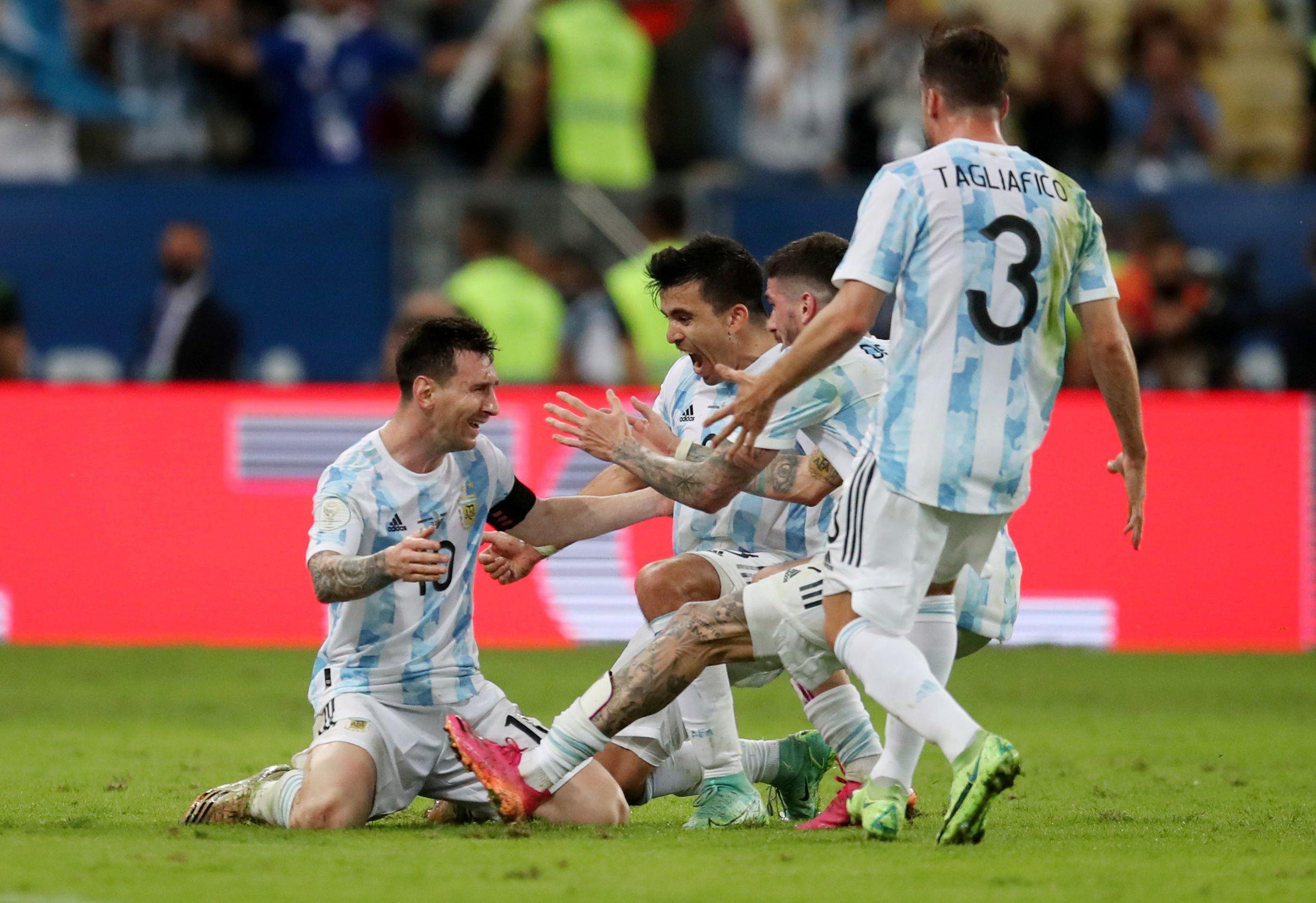 Lionel Messi recibe el abrazo de sus compañeros en el final del partido (REUTERS/Ricardo Moraes)