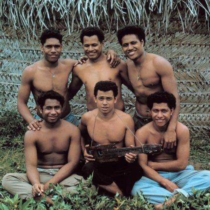 Kolo hizo una guitarra con un trozo de madera, medio coco y seis cables recuperados del naufragio