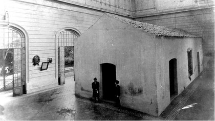 """Dentro del lujoso """"Templete"""" que ordenó construir Roca, se encontraba el Salón de la Jura de la Independencia. Semejante contraste de opulencia y humildad dio origen al término """"Casita de Tucumán"""""""