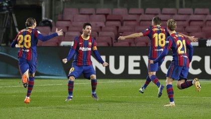 Lionel Messi festeja uno de los goles de su equipo frente a la Real Sociedad (REUTERS/Albert Gea)
