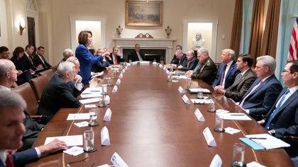 El presidente Donald Trump divulgó esta imagen de la reunión con Nancy Pelosi y otros líderes demócratas en la Casa Blanca (@realDonaldTrump)