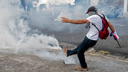 La policía dispersó a los manifestantes con gases lacrimógenos (AFP)