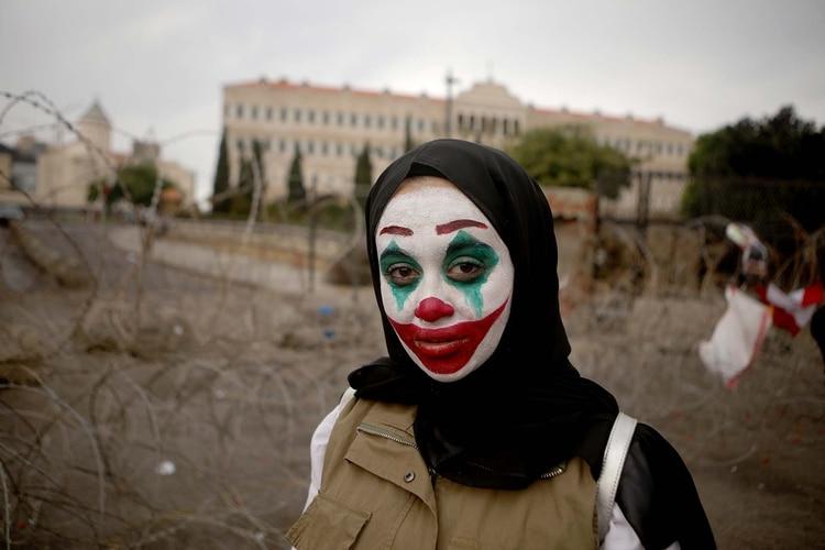 Una mujer libanesa con el rostro pintado a lo Joker se manifiesta en Beirut contra la clase política de Líbano (Patrick BAZ / AFP)