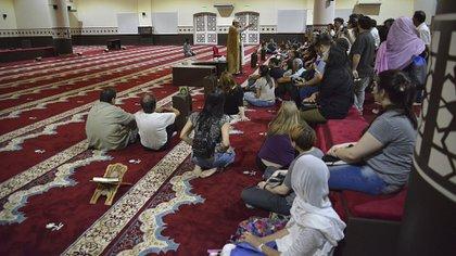 La mezquita es el lugar donde se reúnen los musulmanes para rezar. Su arquitectura, su planta y alzado puede ser notablemente heterogénea en todo el mundo musulmán