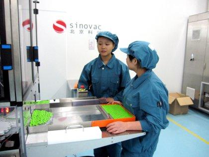 Dos trabajadoras en uno de los laboratorios de la farmacéutica Sinovac Biotech. EFE/Rita Álvarez Tudela/Archivo