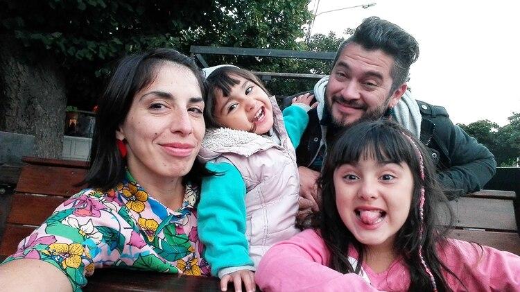 Maxi junto a Sabrina, su pareja, y a sus dos hijas, Frida y Eva.