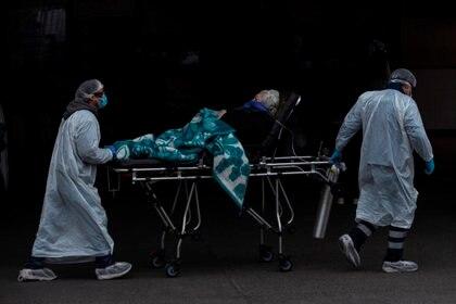 """Chile roza los 70.000 casos y Piñera dice que el sistema está """"cerca del límite"""". Trabajadores del Servicio de Atención Médico de Urgencias (SAMU) y del Hospital San José trasladan a un paciente al servicio de urgencias para adultos, el cual ya se encuentra colapsado ante el aumento de casos por la COVID-19, en Santiago (Chile) (EFE/Alberto Valdés)"""
