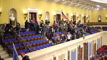 La turba luego de entrar en los balcones del Senado (Win McNamee/Getty Images/AFP)