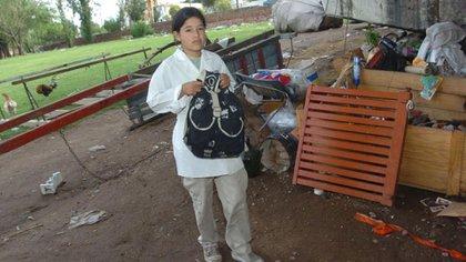 2006. Johana en la precaria vivienda improvisada debajo de un puente y a la vera de un río, en Córdoba. (Gentileza La Voz)