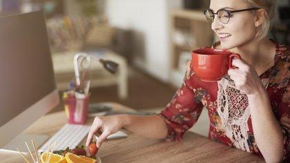 Llevar una correcta alimentación en el trabajo es fundamental para el desempeño laboral (Getty)