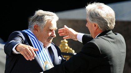 Mujica y Vázquez, en el traspaso de mando en 2010 (AFP)