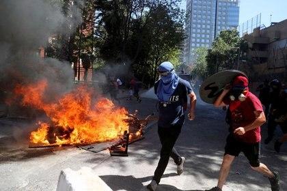 Una barricada encendida se ve en una calle durante manifestaciones por el primer aniversario de las protestas contra el gobierno, en Santiago, Chile, Octubre 18, 2020. REUTERS/Iván Alvarado