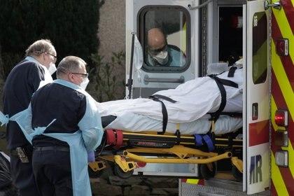 Médicos trasladan a un paciente en Washington (REUTERS/David Ryder)