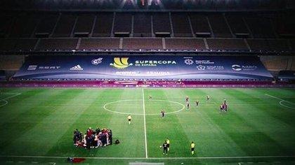 La imagen de los futbolistas del Barcelona esparcidos por el campo, mientras sus rivales se mantenían reunidos