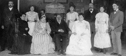 Luis Sáenz Peña junto a su hijo Roque y otros miembros de su familia en el día de su 82° cumpleaños, el 2 de abril de 1904 (AGN)