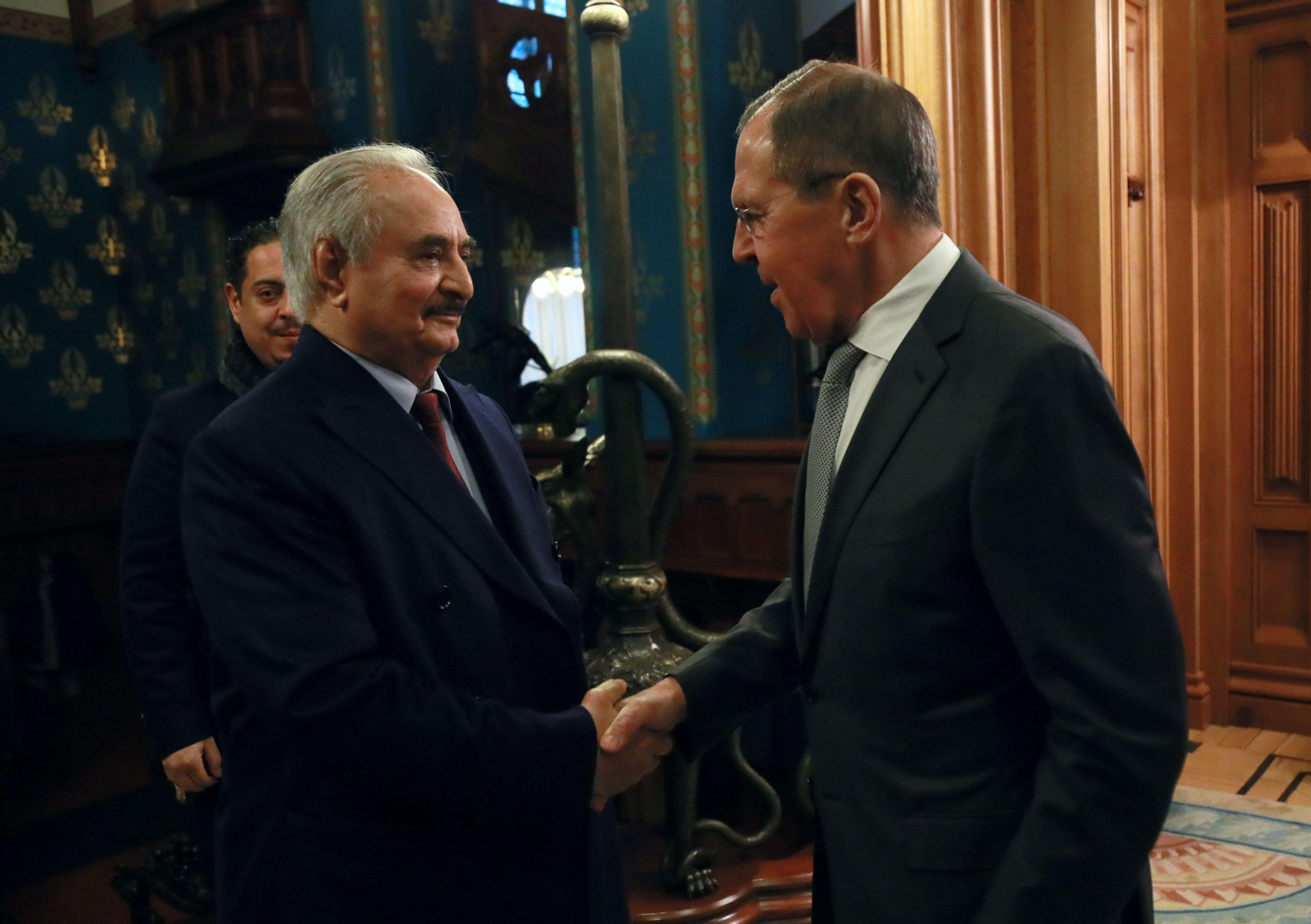 Khalifa Haftar junto al canciller ruso Sergei Lavrov antes de las conversaciones en Moscú (Ministerio de Exteriores de Rusia via REUTERS)