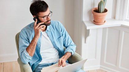 El teclado debería estar a un nivel inferior a la altura de los codos. También se recomienda descansar aproximadamente cada 30 minutos y realizar estiramientos activos de la muñeca para prevenir lesiones (Shutterstock)