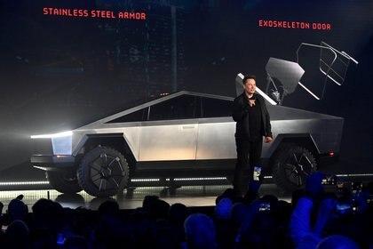 Elon Musk con su creación más reciente: la pick up eléctrica que promete revolucionar el segmento.