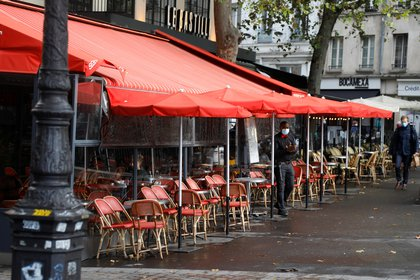 Un empleado espera a los clientes en un bistró en la Place de la Bostille en París (REUTERS / Charles Platiau)