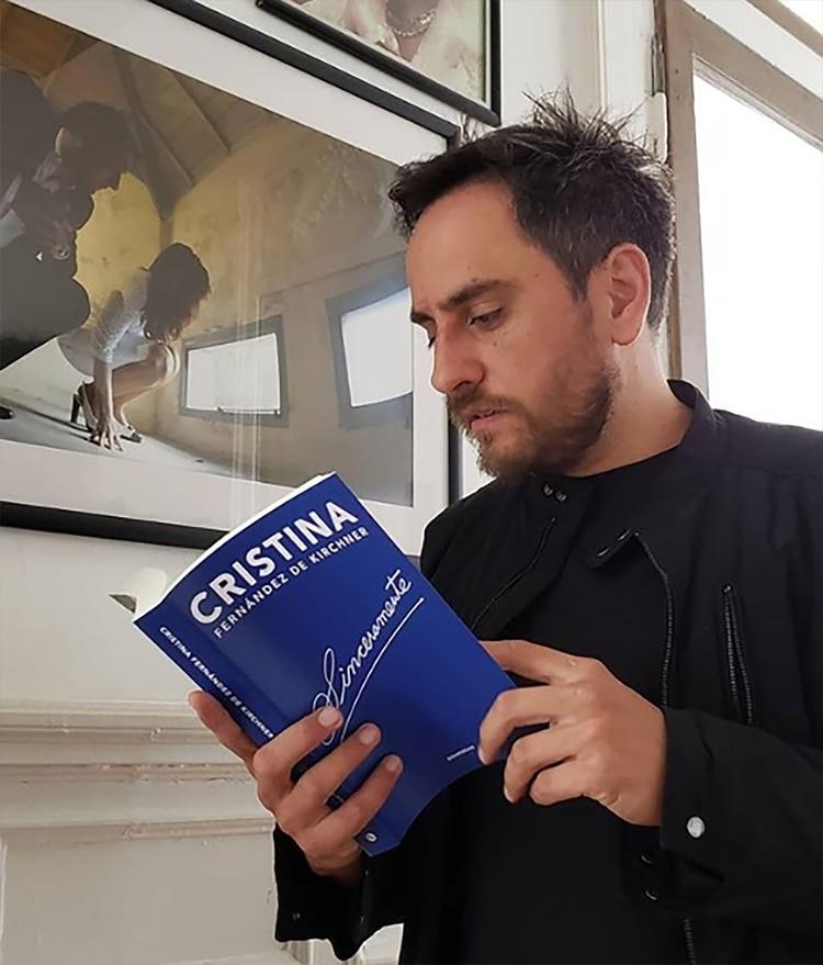 """""""Fui corriendo antes de que se agote y ya lo estoy leyendo"""", escribió Juan Cabandié en su post de Instagram"""