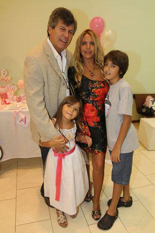 Carlín junto a su mujer, Carina Galucci, y sus hijos Facundo y Abril