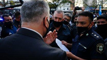 Los policías que protestaron ayer en Olivos rechazaron ingresar para hablar con el Presidente y presentaron un petitorio (fotos: Franco Fafasuli)