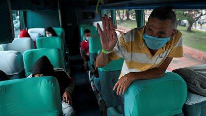 Un migrante venezolano en Cali, regresa a su país por la crisis del coronavirus en Colombia (Photo by Luis ROBAYO / AFP)