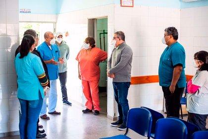 El gobernador de Catamarca, Raúl Jalil, en una visita a un centro de salud de esa provincia. Twitter: @RaulJalil_ok