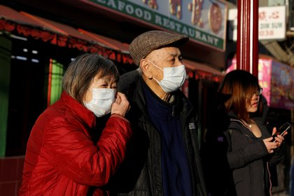 Personas usando mascarillas en el Barrio Chino de San Francisco en Estados Unidos