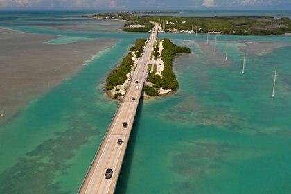 Conduciendo por la carretera donde se encuentran el Océano Atlántico y el Golfo de México, se experimenta el estilo de vida relajado de los Cayos de Florida Andy Newman/Florida Keys News Bureau/Handout via REUTERS