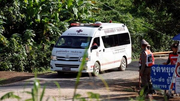 La ambulancia transporta al quinto niño rescatado este lunes (Reuters)