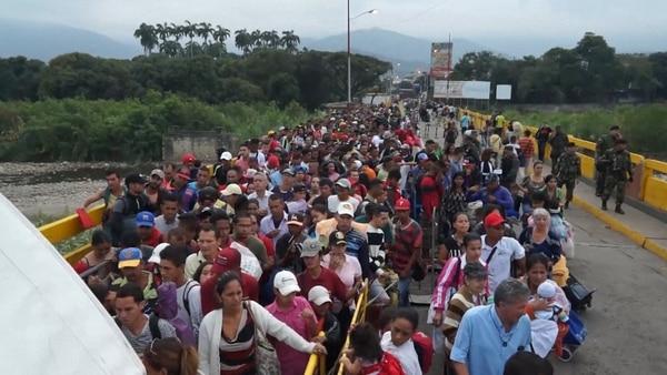 Miles de venezolanos cruzan a Colombia para comprar medicamentos