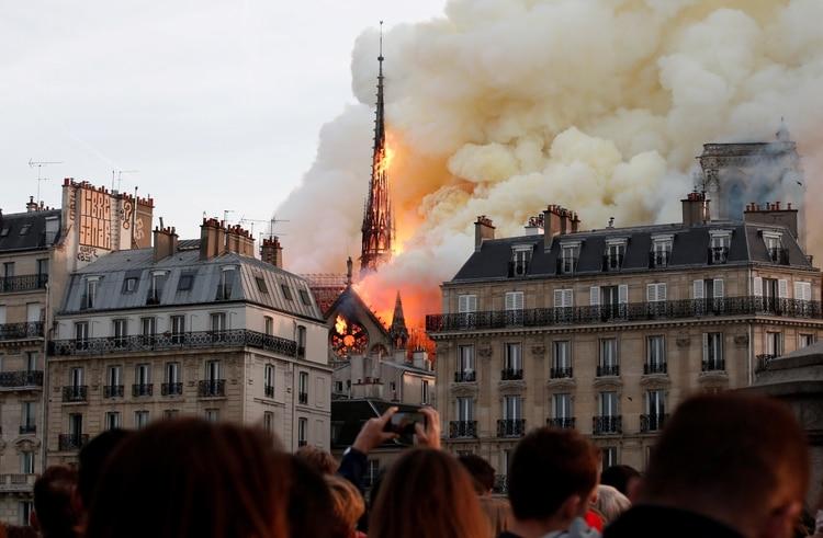 El incendio de parte de la catedral de Notre Dame despertó preocupación entre los cibernautas (REUTERS/Benoit Tessier/File Photo)