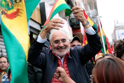 El festejo de Carlos Mesa en La Paz el 10 de noviembre de 2019, cuando Evo Morales renunció a la Presidencia de Bolivia (REUTERS/Manuel Claure)